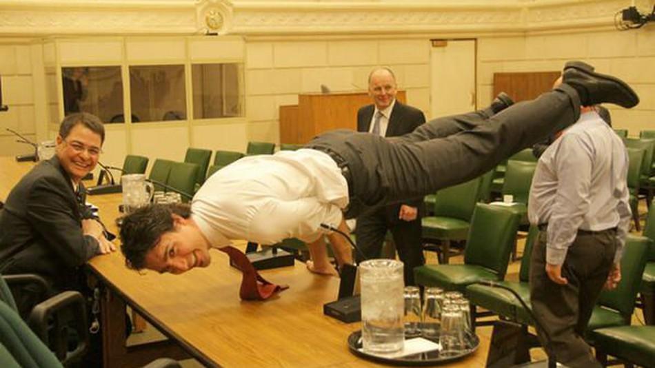 現任加拿大總理 賈斯汀‧杜魯道做瑜伽「孔雀式」。(取材自mashable.com)
